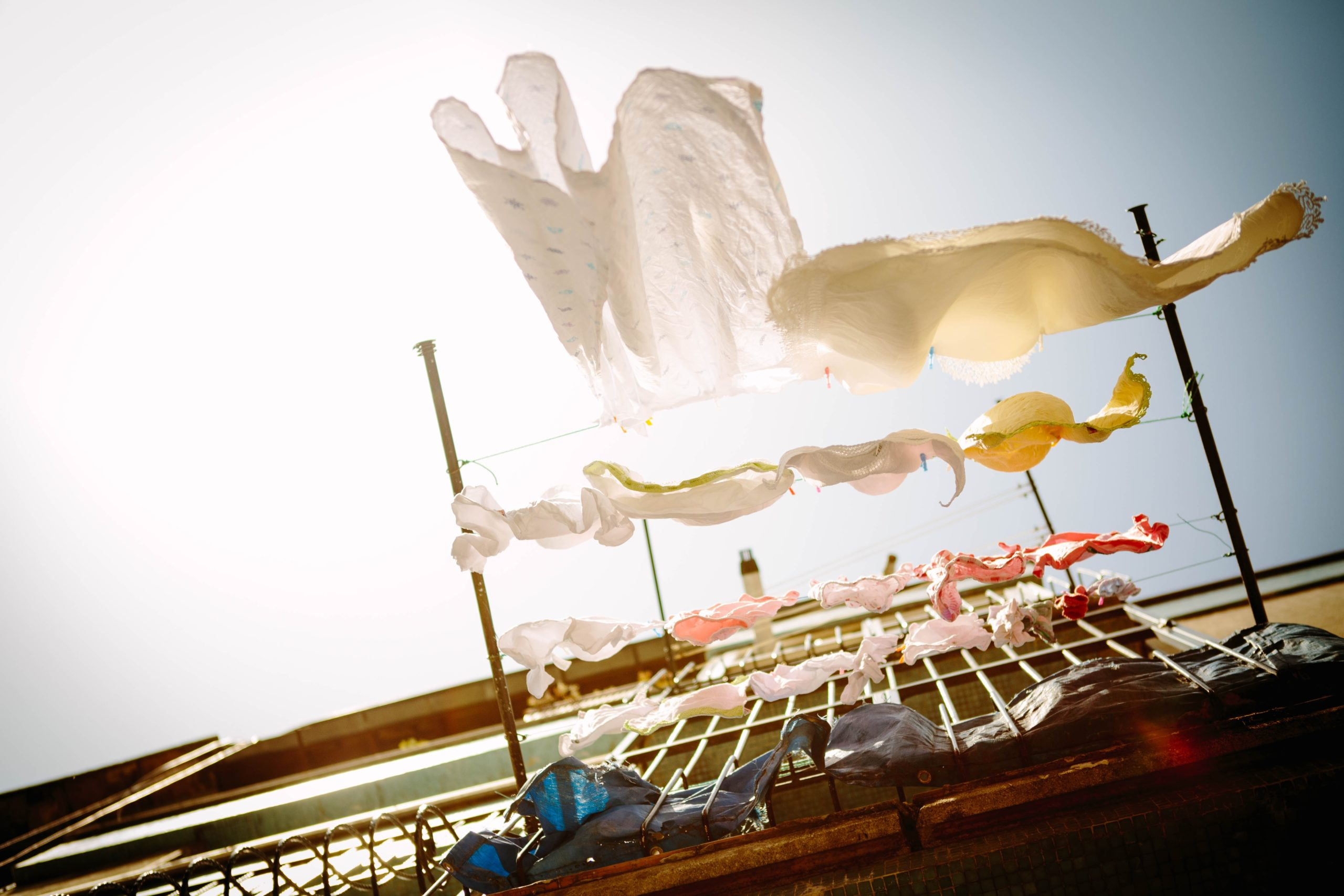 Vêtements propres séchant au vent